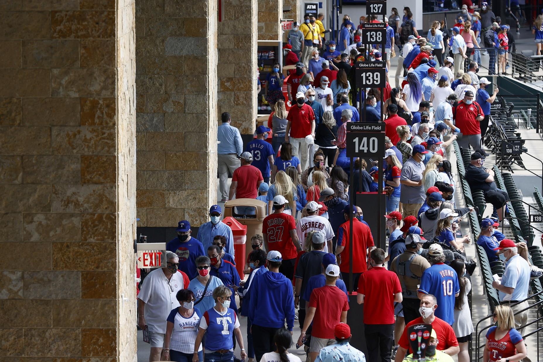 Un primo, forte, segnale di ritorno alla normalit&agrave;&nbsp;e al mondo pre-pandemia, arriva dal Texas. Ieri infatti la partita della Major League di baseball fra la squadra di casa dei Texas Rangers e i Toronto Blue Jays si &egrave;&nbsp;giocata, per la prima volta nello sport Usa dopo pi&ugrave;&nbsp;di un anno, in uno stadio, il Globe Life Field di Arlington, pieno ai limiti della capienza (40.518 spettatori). Tra loro, come invitati dei Rangers, gruppi di medici e infermieri in prima linea nella lotta alla pandemia. La franchigia texana ha usufruito del via libera del Governatore Greg Abbott, che nei giorni scorsi aveva dato il permesso affinch&eacute;&nbsp;il match venisse disputato senza alcun limite di pubblico, a patto che, sugli spalti, gli spettatori indossassero la mascherina sul volto, eccetto che nei punti vendita di cibo all&#39;interno dell&#39;impianto. Non tutti, come documentato dalle immagini del match, hanno rispettato la regola dell&#39;obbligo della mascherina, ma la partita e&#39; andata avanti senza alcun problema, e alla fine Toronto ha vinto per 6-2.<br /><br />