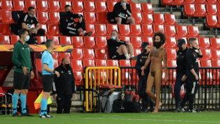 Invasione... hot: uomo nudo in campo durante Granada-United