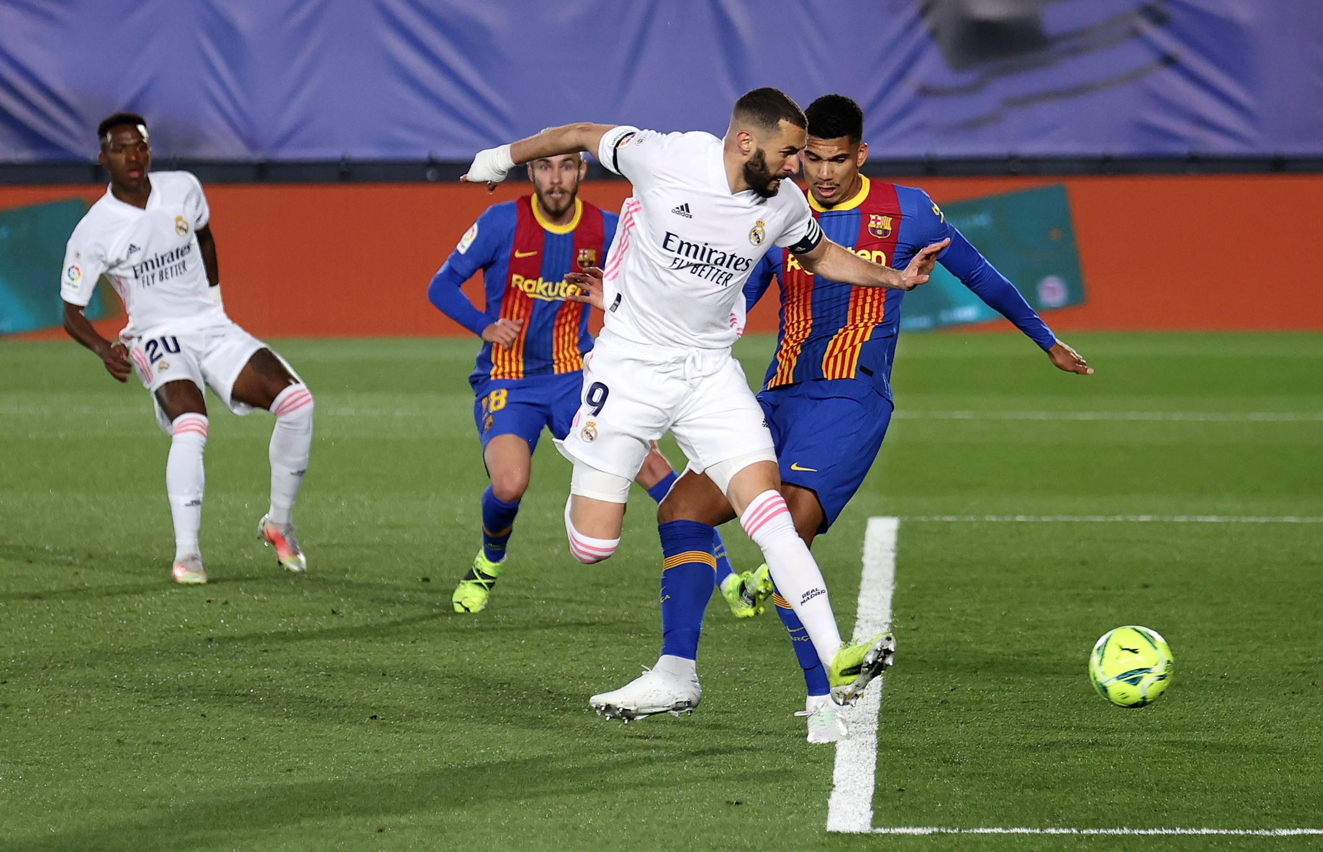 Karim Benzema ci mette solo 13 minuti a mettere la firma su Real Madrid-Barcellona: l&#39;attaccante francese, capitano dei Blancos, riceve da Lucas Vazquez un cross&nbsp;e lo trasforma in rete con un perfetto colpo di tacco che sorprende ter Stegen sul suo palo. Spettacolo nel Clasico.<br /><br />