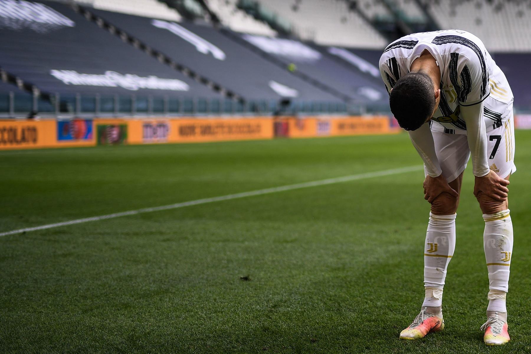 Juventus-Genoa: Cristiano Ronaldo a fine partita lancia la maglia | Foto -  Sportmediaset