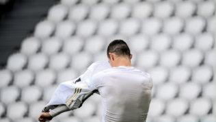 Cristiano Ronaldo a fine partita lancia la maglia