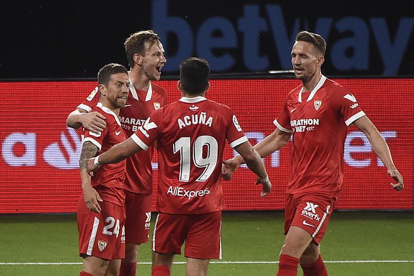 La &lsquo;sua&rsquo; Atalanta continua a volare verso la terza qualificazione in Champions League consecutiva e il Papu Gomez l&rsquo;anno prossimo potrebbe ritrovare la Dea da avversario nella coppa pi&ugrave; importante. L&rsquo;ex trequartista dei nerazzurri &egrave; stato infatti decisivo nella vittoria del Siviglia sul campo del Celta Vigo nel Monday night della Liga, un successo che proietta la squadra di Lopetegui al quarto posto con 14 punti di vantaggio sulla Real Sociedad. Partita pazzesca allo Estadio de Bala&iacute;dos, dove dopo il primo tempo i gol segnati sono gi&agrave; cinque (3-2 per i padroni di casa). Nella ripresa arriva la reazione degli andalusi, che trovano il pareggio con Rakitic e poi, dopo l&rsquo;ingresso in campo del Papu&nbsp;(al posto di Suso), ribaltano il match grazie al secondo gol di Gomez da quando &egrave; arrivato in Spagna (il primo all&rsquo;esordio col Getafe).<br /><br />