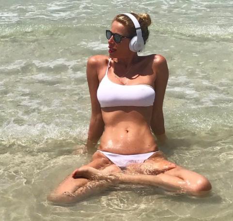 Voglia d&#39;estate per Alessia Marcuzzi che su Instagram gioca con la macchina del tempo: &quot;Teletrasporto&quot; &egrave; la didascalia della foto in costume che richiama il mare e le vacanze.<br /><br />