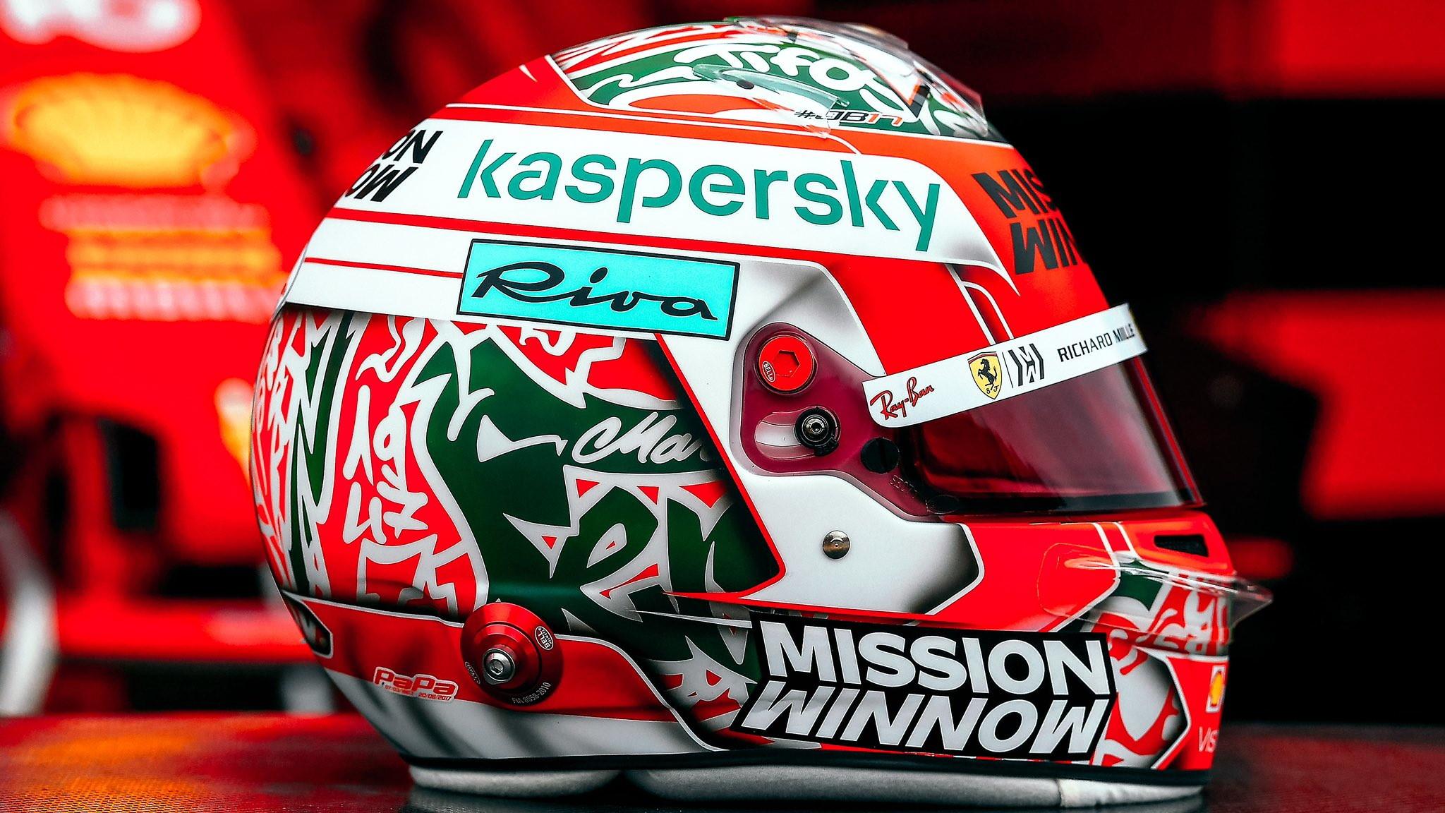 Casco tricolore per Charles Leclerc in occasione del GP di Imola. Su twitter il pilota Ferrari ha spiegato la sua scelta: &quot;Omaggio ai tifosi italiani che ci accolgono sempre bene&quot;.<br /><br />