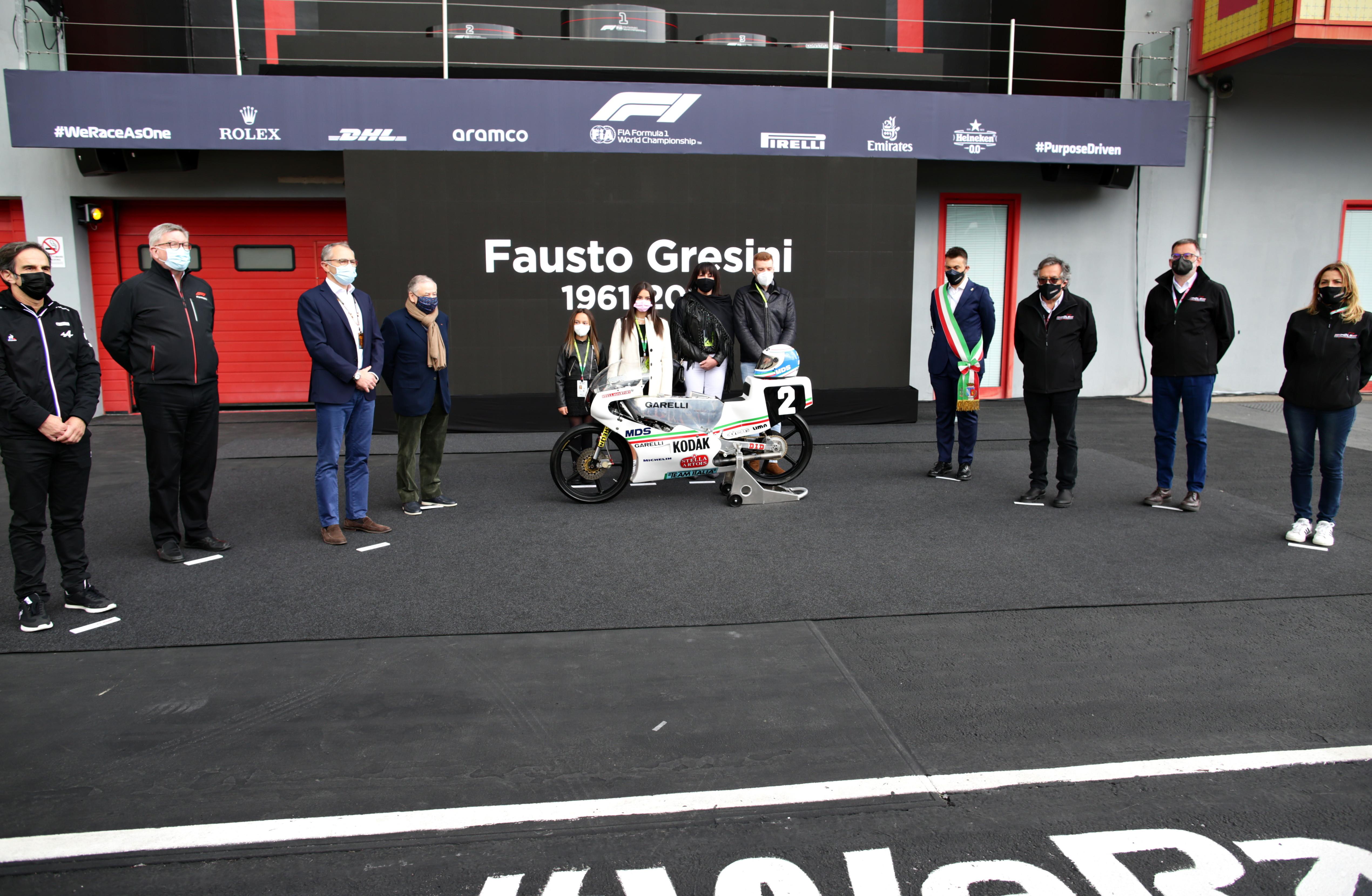L&#39;ex campione del mondo e manager &egrave; stato ricordato in contemporanea a Portimao, sede del GP del Motomondiale, e nella sua Imola, dove &egrave; arrivata la F1 ,che si &egrave; stretta attorno alla sua famiglia.<br /><br />
