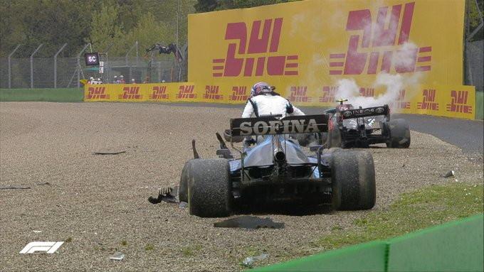 Paura a Imola per l&#39;incidente tra Vallteri Bottas e George Russell avvenuto attorno a met&agrave; gara.&nbsp;Russell ha attaccato all&#39;esterno Bottas e le ruote si sono agganciate, con il britannico che ha perso il controllo e le due macchine si sono scontrate. Russell &egrave;&nbsp;andato subito verso la vettura danneggiata di Bottas arrabbiandosi con il pilota finlandese. Inevitabile la bandiera rossa, con la pista invasa dai detriti.<br /><br />