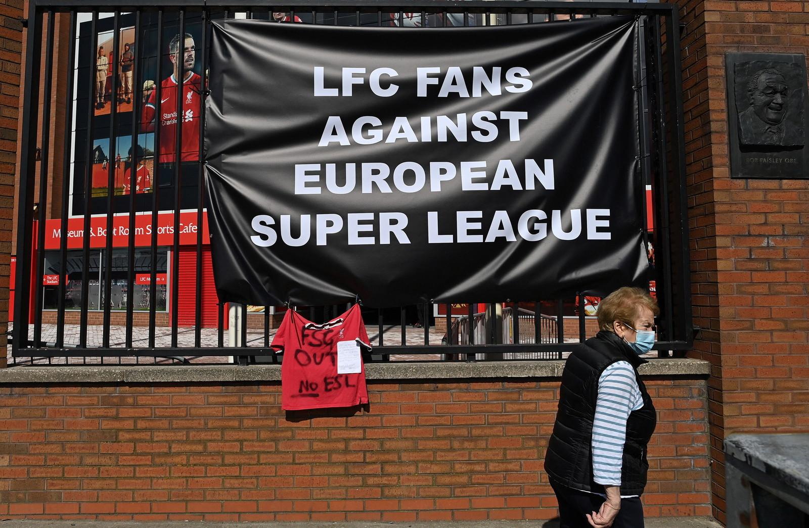L&#39;annuncio della Super League non &egrave; andato gi&ugrave; a molti tifosi, in Inghilterra diverse proteste con relativi striscioni: davanti agli stadi di Liverpool, Arsenal e Leeds diverse manifestazioni di contrariet&agrave; alla nuova manifestazione. &quot;Il Liverpool &egrave; morto&quot;, &quot;L&#39;Arsenal &egrave; finito, vergognatevi&quot;, &quot;I tifosi prima dei soldi&quot; si legge.&nbsp;<br /><br />