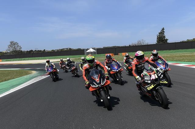 L&#39;Aprilia ha radunato a Misano alcuni dei suoi storici piloti, partendo da quelli attualmente impegnati in MotoGP. Immancabile la presenza di Max Biaggi, ma anche di Capirossi, Iannone, Gramigni e Poggiali. In attesa di riabbracciare il pubblico nel 2022 alla grande festa denominata Aprilia All Stars.<br /><br />