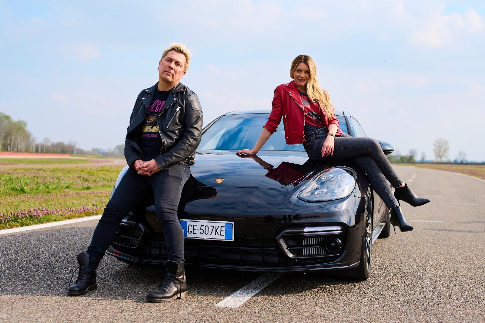 Il conduttore e l&#39;attrice si sono divertiti in pista a Vairano a bordo della&nbsp;Porsche Panamera e-hybrid.&nbsp;<br /><br />