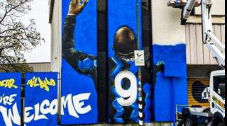 La Milano nerazzurra è pazza di Lukaku:murales per lui a San Siro