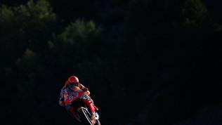 Marquez cade ancora: warm up col botto per Honda