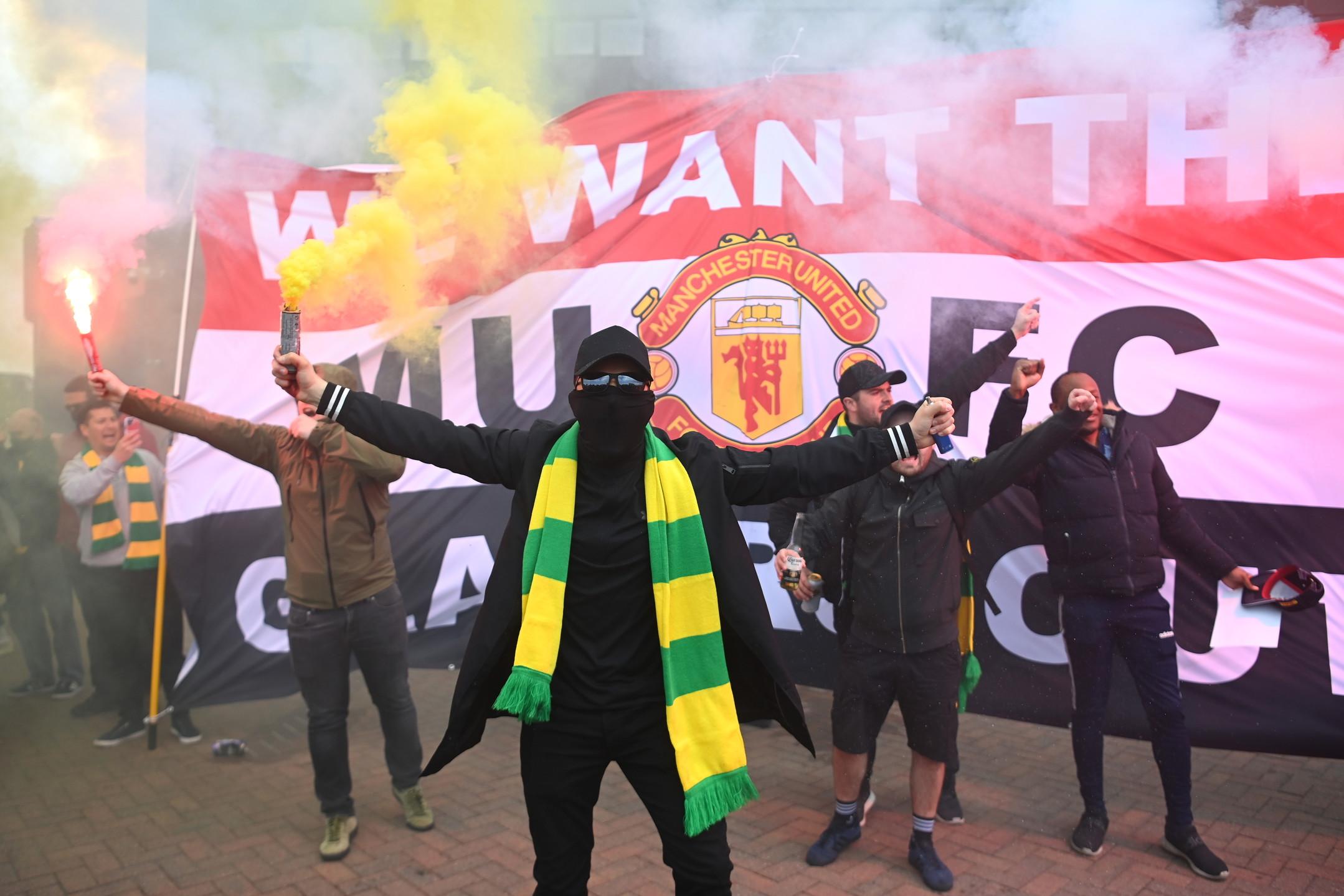 Non si arrestano le proteste dei tifosi del Manchester United verso la famiglia Glazer, proprietaria del club. Gi&agrave; da tempo in rotta di collisione con l&#39;attuale gestione, i supporter dei Red Devils&nbsp;hanno duramente criticato l&#39;adesione (poi ritirata) alla Super League e continuano a chiedere che gli&nbsp;americani cedano la societ&agrave; ad un nuovo proprietario. Prima del match contro il Liverpool si sono radunati fuori dallo stadio, poi sono riusciti anche ad invadere il campo per mostrare striscioni contro i Glazer e cantare cori.<br /><br />