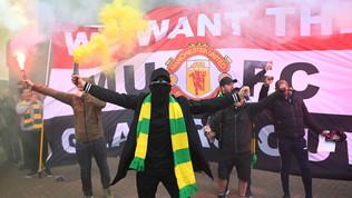 United, i tifosi invadono l'Old Trafford: protesta contro i Glazer