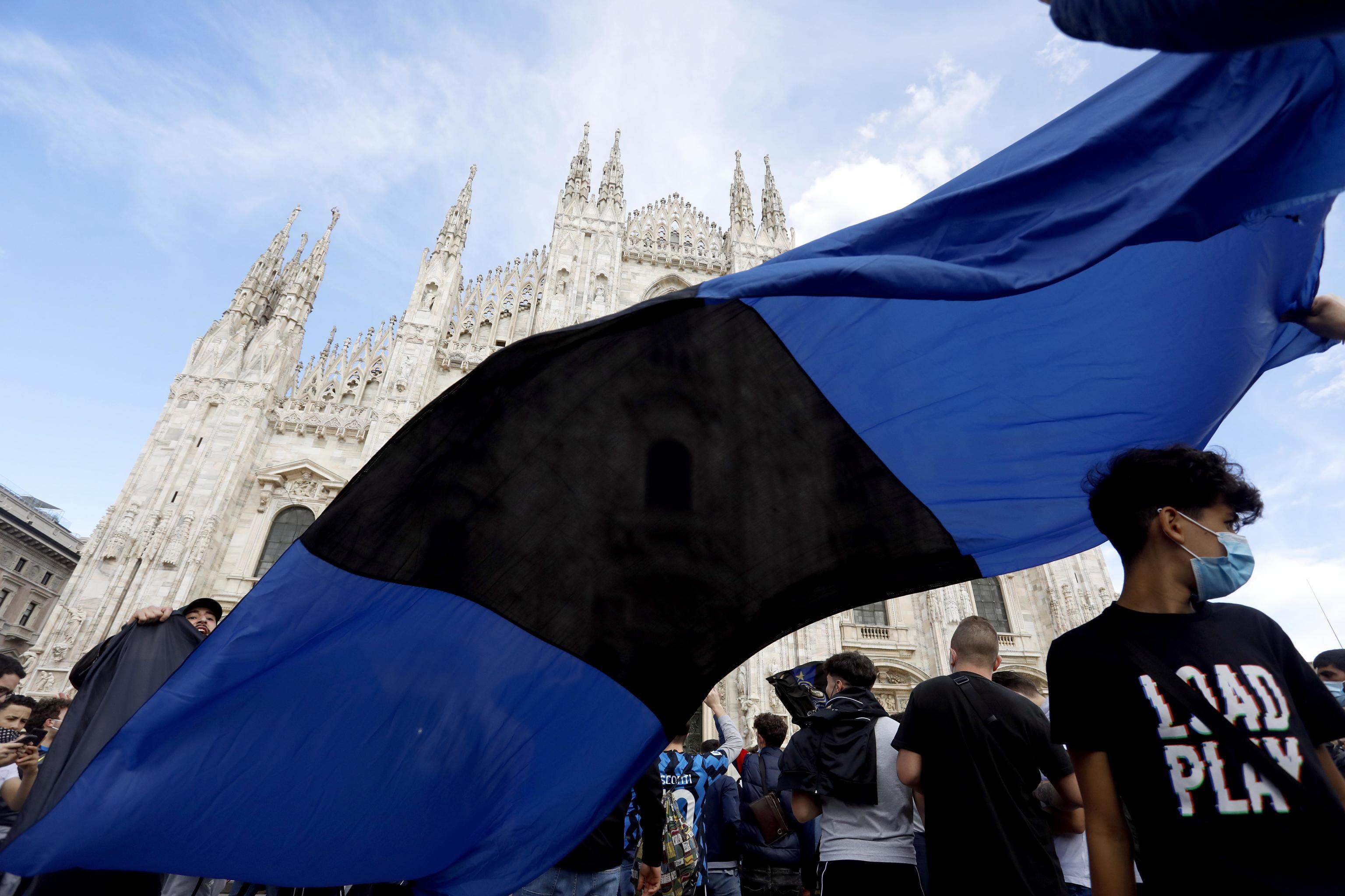 Pochi minuti dopo la fine di Sassuolo-Atalanta, che ha sancito la vittoria del 19&deg; Scudetto, migliaia di tifosi dell&#39;Inter hanno invaso Piazza Duomo a Milano per festeggiare. Tra&nbsp;i sostenitori nerazzurri &egrave;&nbsp;esplosa la gioia dopo oltre dieci anni di astinenza da vittorie. I soliti cori contro Juve&nbsp;e Milan, abbracci, salti e canti per festeggiare lo Scudetto. Mascherine abbassate e nessun distanziamento sociale, cos&igrave;&nbsp;i tifosi dell&#39;Inter non hanno resistito alla voglia di celebrare i propri beniamini.&nbsp;Mentre Piazza Duomo continuava a riempirsi sempre di pi&ugrave;&nbsp;di tifosi nerazzurri bardati di sciarpe e bandiere, la festa si &egrave; estesa&nbsp;anche per le altre strade di Milano con caroselli di auto e moto che proseguono e proseguiranno per tutta la notte. Festa anche nella sede dell&#39;Inter, con il presidente Steven Zhang che si &egrave;&nbsp;brevemente affacciato dal tetto del palazzo di Porta Nuova.<br /> &nbsp;<br /><br />