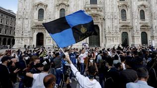 I tifosi dell'Inter in delirio: in Piazza Duomo esplode la festa FOTO
