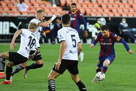 Messi firma la rimonta al Mestalla, il Barcellonaaggancia il Real