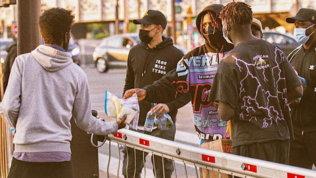 Kean distribuisce cibo ai senzatetto: a Parigi sono pazzi di lui
