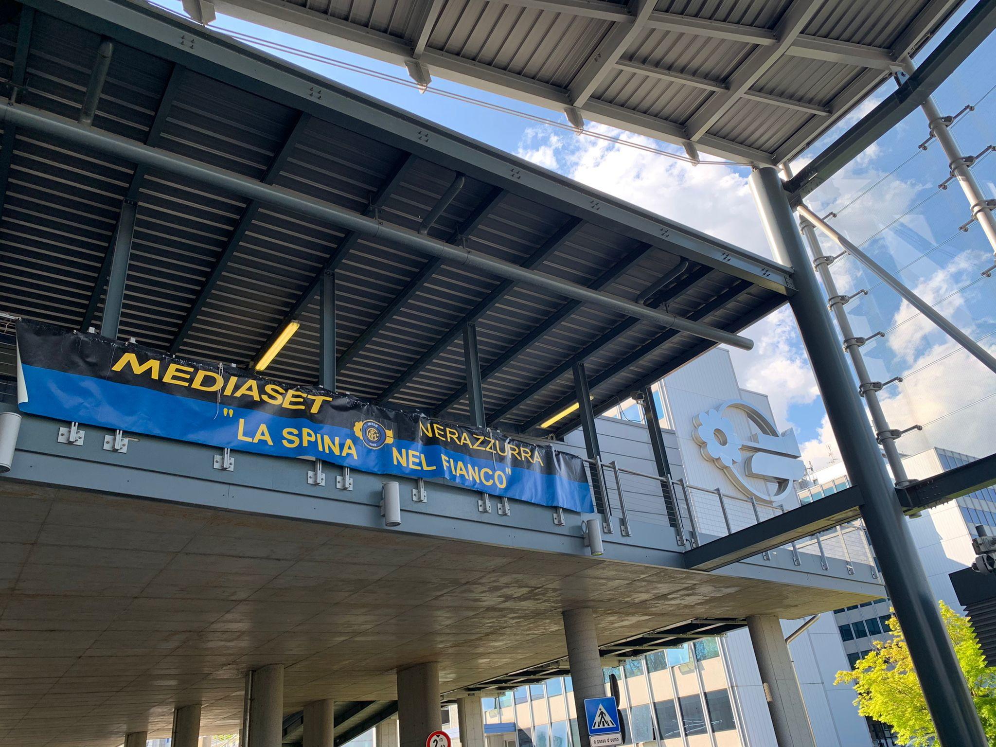 &quot;Mediaset nerazzurra - La spina nel fianco&quot;, questo lo striscione che campeggia oggi davanti la sede di Mediaset a Cologno Monzese dopo la vittoria dello scudetto della squadra di Conte.<br /><br />