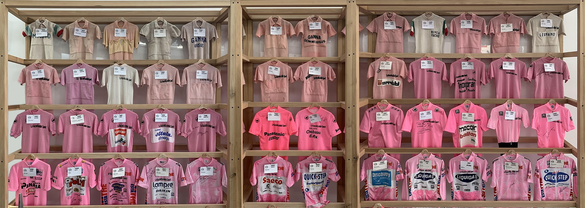 <p>Un'icona mondiale: la maglia rosa che viene indossata ogni giorno dal leader della classifica generale.</p>
