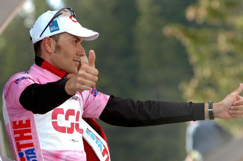Un'icona mondiale: la maglia rosa che viene indossata ogni giorno dal leader della classifica generale.