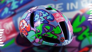 Kaskprotagonista con un casco personalizzato per il vincitore di tappa