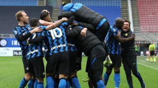 È qui la festa: in 3000 fuori da San Siro e Conte fa 200 in Serie A