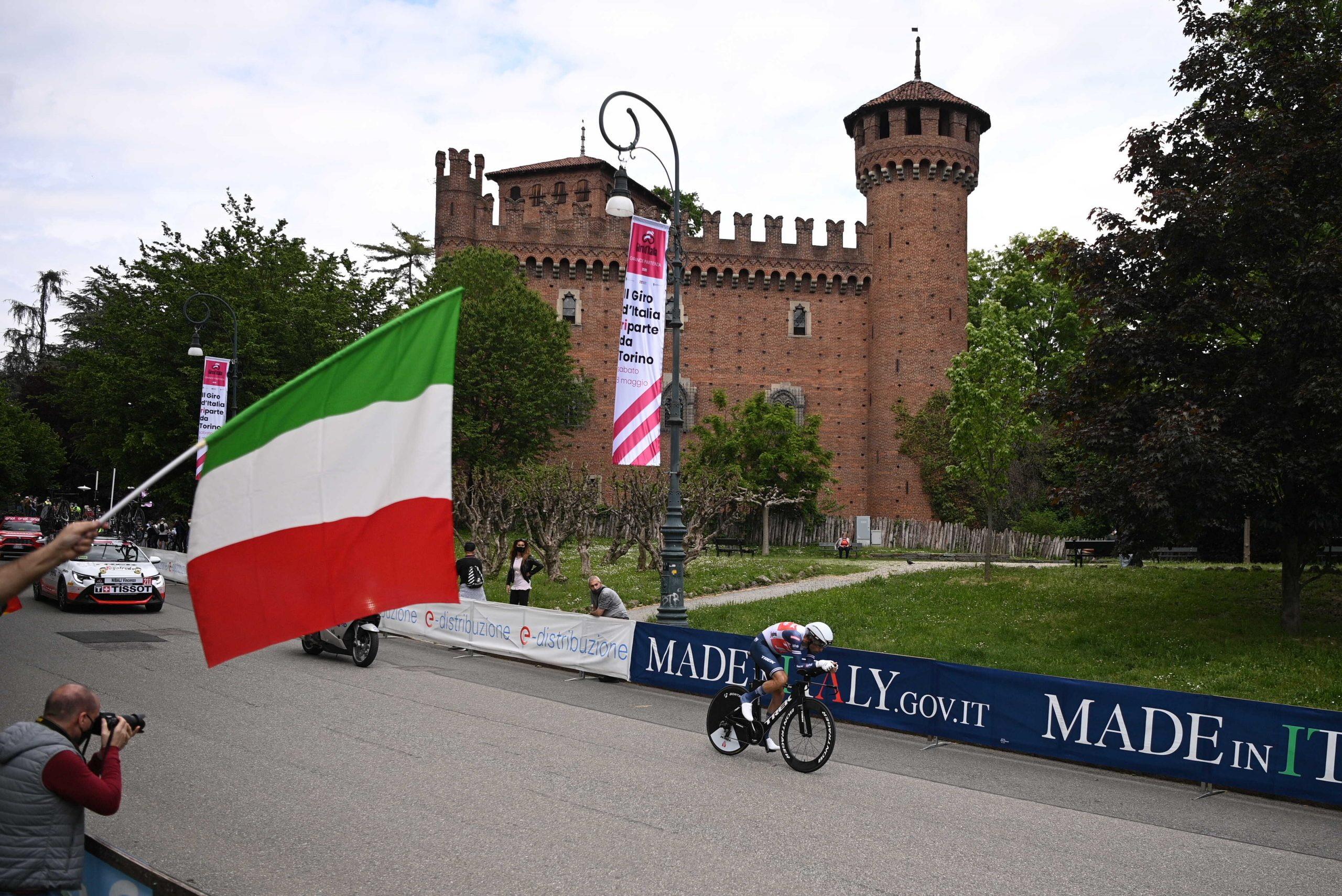 Nessuno riesce a fare meglio di Filippo Ganna (8'47''), che si aggiudica la prima cronometro e la maglia rosa. Secondo posto per un ottimo Edoardo Affini (Jumbo-Visma), distante 10''. Terzo il compagno di squadra Tobias Foss.