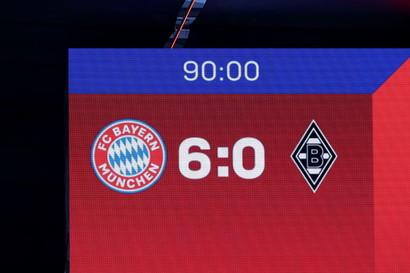 Il Bayern Monaco si conferma campione di Germania anche senza scendere in campo. La squadra di Hans-Dieter Flick ha conquistato matematicamente il titolo per effetto della sconfitta subita dal Lipsia sul campo del Borussia Dortmund per 3-2 nella 32/a giornata della Bundesliga (restano da giocare ancora due turni). &Egrave; il 31/o titolo nella storia del club bavarese, che &egrave; ancora campione d&#39;Europa e del mondo per club in carica, il nono di seguito. I bavaresi hanno festeggiato con una vittoria tennistica sul Borussia Moenchengladbach (6-0): grande protagonista Lewandowski, autore di una tripletta (uno su rigore). A segno poi Muller, l&#39;ex juventino Coman e nel finale San&eacute;. Lewandowski &egrave; arrivato a tagliare il traguardo delle 39 reti in campionato: la Scarpa d&#39;Oro, di fatto, &egrave; sua.<br /><br />