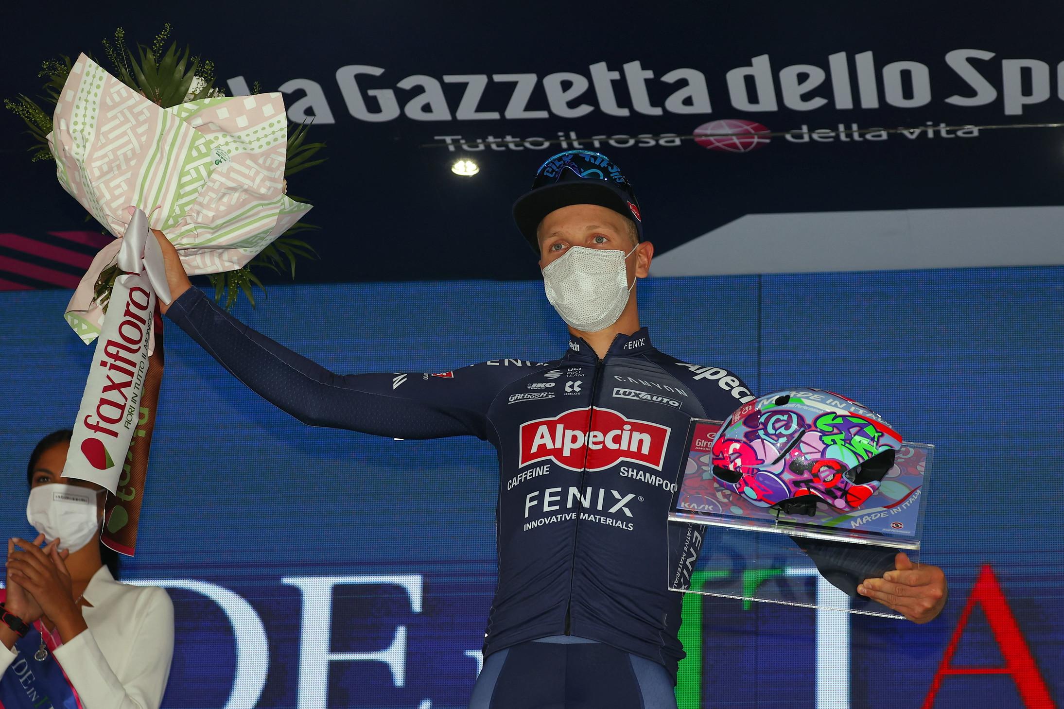 Il belga Tim Merlier ha vinto allo sprint la seconda tappa del 104º Giro d'Italia. Filippo Ganna ha conservato la maglia rosa.