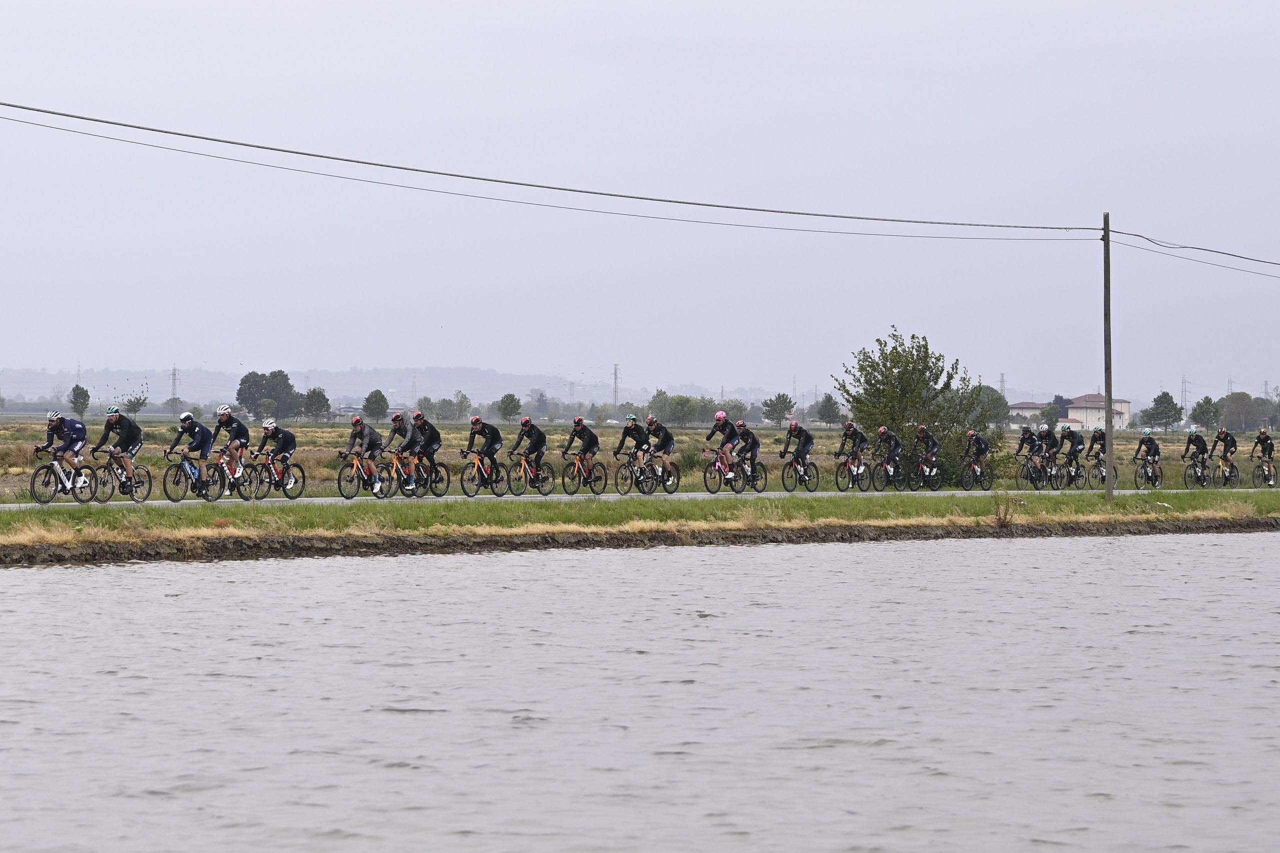 La terza tappa della Corsa Rosa sotto l'acqua.