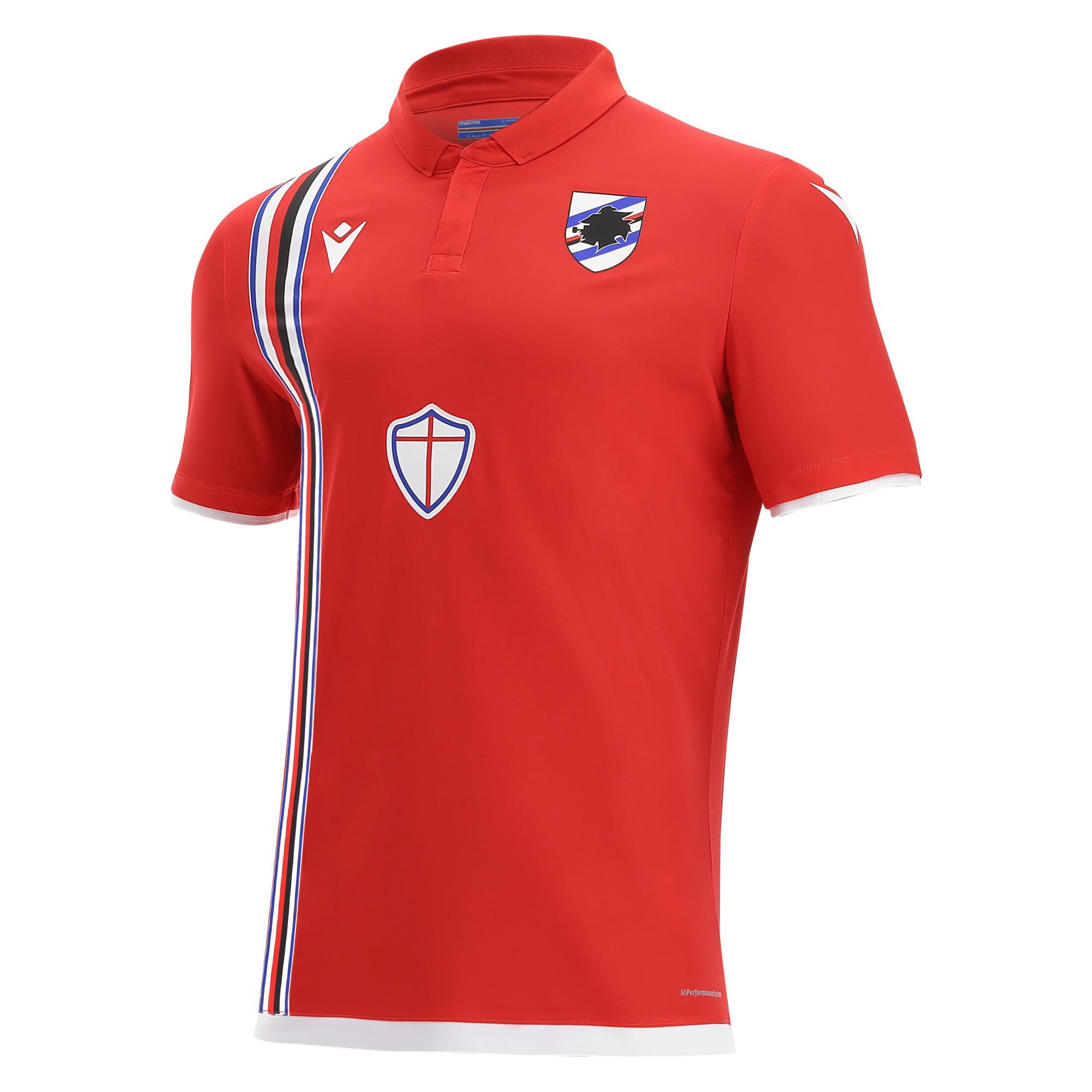 In occasione della sfida contro lo Spezia, la Sampdoria indosser&agrave;&nbsp;quella che sar&agrave; la&nbsp;terza maglia&nbsp;della prossima stagione. Il colore &egrave; quello che riporta prima agli anni &#39;80 poi alla Sampdoria di Vialli e Mancini e in seguito a quella di Mihajlovic, Gullit e Platt. Un colore che &egrave; particolarmente caro ai tifosi doriani:&nbsp;il rosso.&nbsp;Il design della nuova&nbsp;&ldquo;Third&rdquo; 2021-2022&nbsp;si rif&agrave; proprio a quella indossata 40 anni esatti fa, nella stagione 1981/82.&nbsp;Rossa&nbsp;con il collo a polo e la banda blucerchiata posta in verticale sulla destra. Il backneck &egrave; personalizzato con i colori del club e la frase&nbsp;La Maglia Pi&ugrave; Bella Del Mondo. Sul petto a destra e in bianco il&nbsp;Macron Hero, logo del brand italiano, a sinistra, lato cuore lo stemma dell&rsquo;U.C. Sampdoria, mentre al centro, pi&ugrave; in basso, spicca la croce di San Giorgio, simbolo del capoluogo ligure e sempre presente all&rsquo;interno della fascia blucerchiata nelle maglie doriane. Dettagli bianchi sui bordi manica e sul fondo maglia.&nbsp;<br /><br />