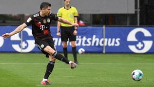 Pari Bayern maLewandowski fa 40 in Bundes. Eintracht, Champions a rischio