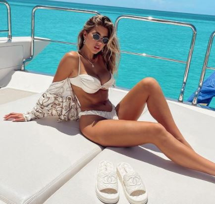 Kara del Toro, modella da oltre un milione e seicentomila follower su Instagram, lascia tutti estasiati sfoggiando un bikini bianco sullo yacht dove sta passando questi giorni tra vacanze e shooting.<br /><br />