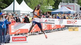 """Il keniano Ekiru""""regala"""" a Milano la maratona più veloce d'Italia"""