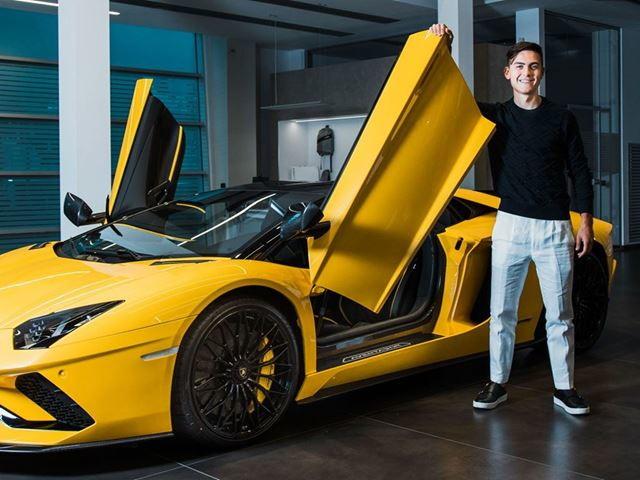 Pochi giorni fa l&#39;aveva svelata sui social, oggi Paulo Dybala ha ritirato la sua Lamborghini Aventador S Roadster. &quot;Con la Aventador &egrave; stato amore a prima vista. Ho aspettato qualche anno prima di acquistarla; sono molto grato, per me &egrave; un onore e un privilegio poterla avere.Una Lamborghini deve assolutamente essere gialla. &Egrave; di grande impatto, cosa che adoro, e riesco a identificarmi completamente con lei: &egrave; giovane e scatena emozioni forti sia allo sguardo sia alla guida&quot;, le parole dell&#39;attaccante della Juventus.&nbsp;<br /><br />