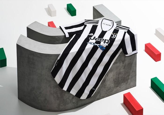 La nuova divisa dei bianconeri, firmata da Adidas, &egrave; ovviamente senza scudetto ma classica, come non si vedeva da tempo. In pi&ugrave; un tributo ai 10 anni dell&#39;Allianz<br /><br />