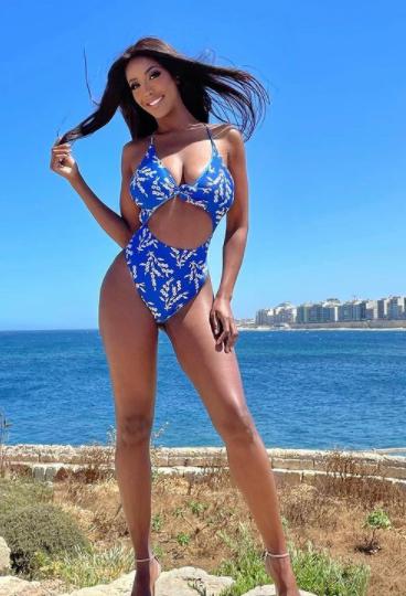 &quot;Che l&#39;estate abbia inizio&quot; scrive Ainett Stephens da Malta: la modella e showgirl, tifosa della Juventus, regala una foto in costume mozzafiato ai follower su Instagram.<br /><br />