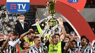 La Juve alza la Coppa: in campo esplode la festa FOTO