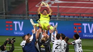 Buffon, l'addio più dolce: i compagni lo portano in trionfo