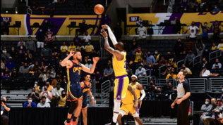 Nba: LeBron batte Curry, i Lakers volano ai playoff. Tripla da urlo