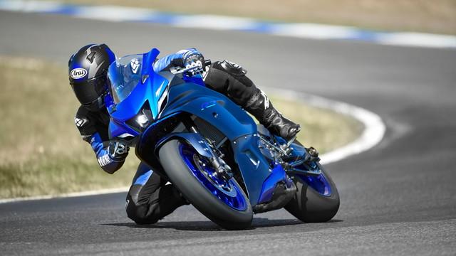 Nessuna moto avrebbe mai osato confrontarsi con la YZF-R7 originale. Solo 500 esemplari prodotti in serie nel 1999 per ottenere l&#39;omologazione per il World Superbike e la 8 ore di Suzuka. Cavalcata da piloti leggendari come Noriyuki Haga e Akira Yanagawa, la YZF-R7 &egrave; considerata una delle moto giapponesi pi&ugrave; esotiche e desiderabili mai costruite. Il nome della nuova R7 &egrave; un tributo per la superbike YZF-R7 originale in edizione limitata. Orgogliosa portatrice di un nome illustre, la R7 2021 &egrave; un nuovo modo di pensare alle Supersport, creata per attirare un pubblico pi&ugrave; giovane e realizzata per far provare alle nuove generazioni di piloti il brivido, l&#39;emozione e l&#39;orgoglio del possesso di ogni R-Series. Questa R7, per&ograve;, &egrave; una moto per chi vuole iniziare a divertirsi. Il suo cuore infatti, &egrave; un motore DOHC a 2 cilindri e 4 valvole raffreddato a liquido eroga una coppia corposa e lineare a tutti i regimi di giri, assicurando prestazioni vivaci a tutte le marce e a tutte le velocit&agrave; del motore. La potenza massima di 73,4 CV (54 kW) viene generata a 8750 giri/min, la coppia massima di 67 Nm si raggiunge a 6.500 giri/min, regalando alla R7 un&#39;accelerazione impeccabile da fermo, mentre le pulsazioni irregolari dell&#39;albero motore a 270 gradi creano una sensazione di grande emozione quando salgono i giri. Prevista anche una versione depotenziata da 35 kW per i neo patentati.<br /><br />  Caratteristiche tecniche principali<br /> Motore bicilindrico da 689 cc con tecnologia crossplane CP2<br /> Disponibile nelle versioni full power e da 35 kW<br /> Design ultra compatto con il DNA puro della R-Series<br /> Carena dal design a aerodinamico con dettagli in alluminio<br /> Forcella USD da 41 mm regolabile<br /> Sospensione posteriore Monocross di nuova progettazione<br /> Frizione antisaltellamento A&amp;S<br /> Nuovo telaio supporto centrale in alluminio per una rigidit&agrave; ideale.<br /> Manu