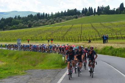 Andrea Vendrame si è aggiudicato la 12ª tappa del Giro d'Italia, 212 km e 4 GPM da Siena a Bagno di Romagna.