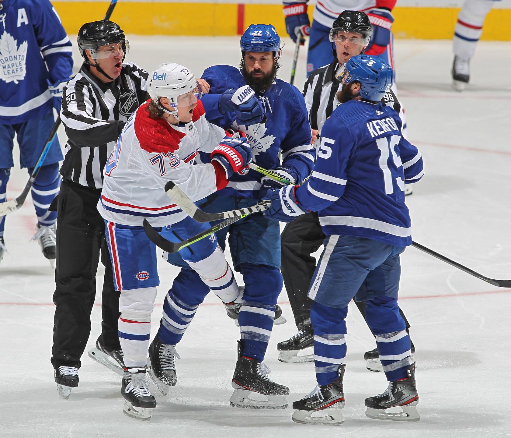 Scontro di gioco davvero pesante per il centro dei&nbsp;Toronto Maple Leafs che picchia la testa contro le gambe di un avversario<br /><br />