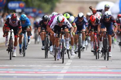<p>Giacomo Nizzolo ha vinto in volata la tappa Ravenna-Verona di 198 km. Al secondo e terzo posto si sono classificati rispettivamente Edoardo Affini e Peter Sagan.</p>