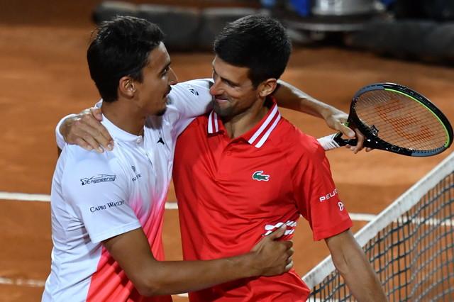 Sonego e Djokovic si abbracciano al termine di una semifinale indimenticabile.