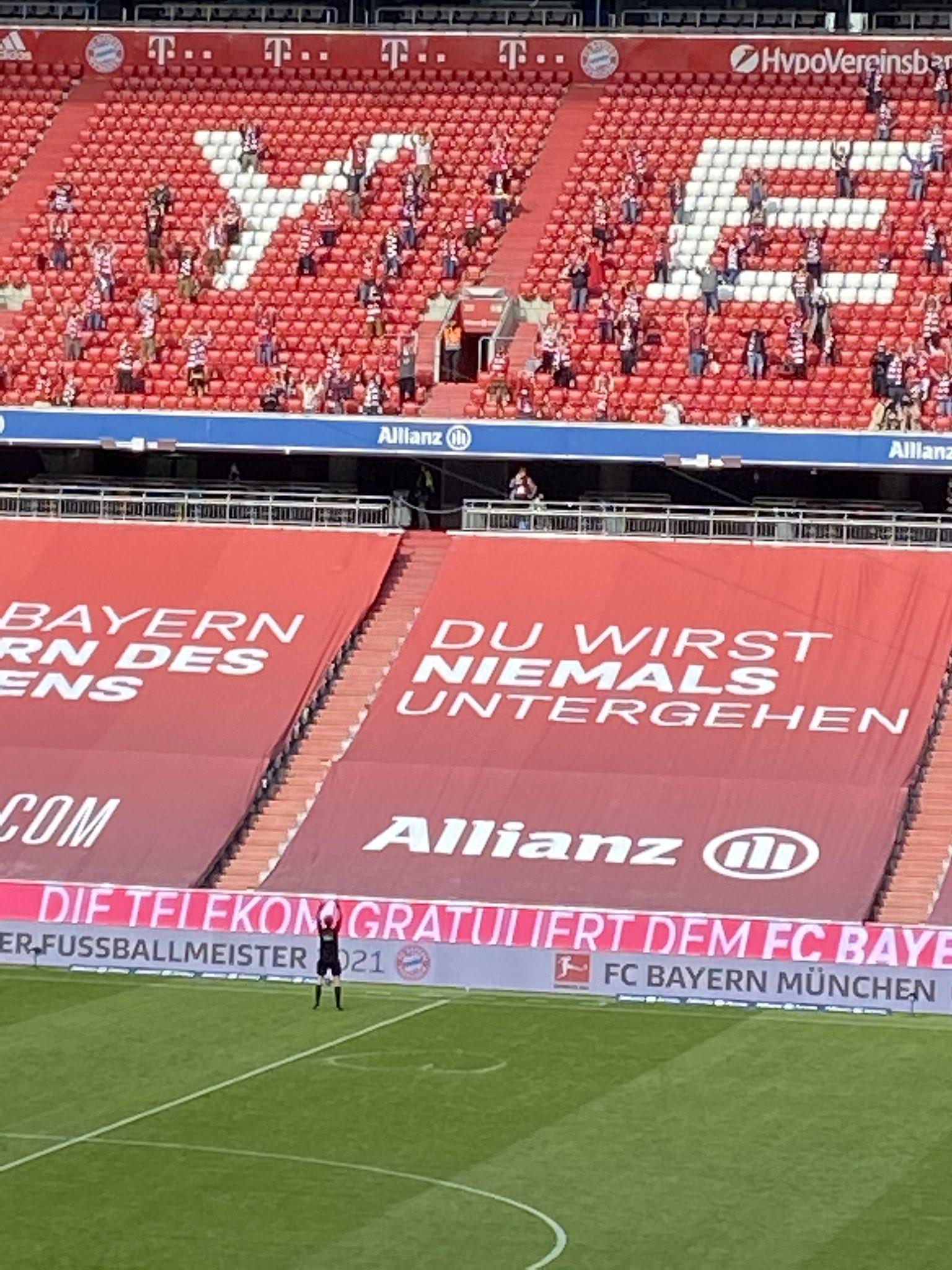 Giornata di lacrime e addii all&rsquo;Allianz Arena. Nel giorno della festa per il nono titolo del Bayern Monaco, alle tante immagini di festa per gli addii di Alaba, Boateng e Martinez, si &egrave; aggiunta anche quella dell&#39;arbitro Markus Schmidt, che ha chiuso una carriera lunga 18 anni disegnando un grande cuore con lo spray in dotazione sotto la tribuna centrale dell&#39;impianto di Monaco dove c&#39;erano i suoi familiari e poi fatto la ola con i tifosi che di quel settore, tutti in piedi per applaudirlo come i giocatori di Bayern e Augsburg.<br /><br />