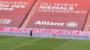 Bayern, addii e lacrime: l'arbitro disegna un cuore con lo spray