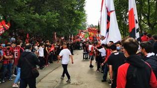 Migliaia di tifosi a Milanello per caricare la squadra VIDEO
