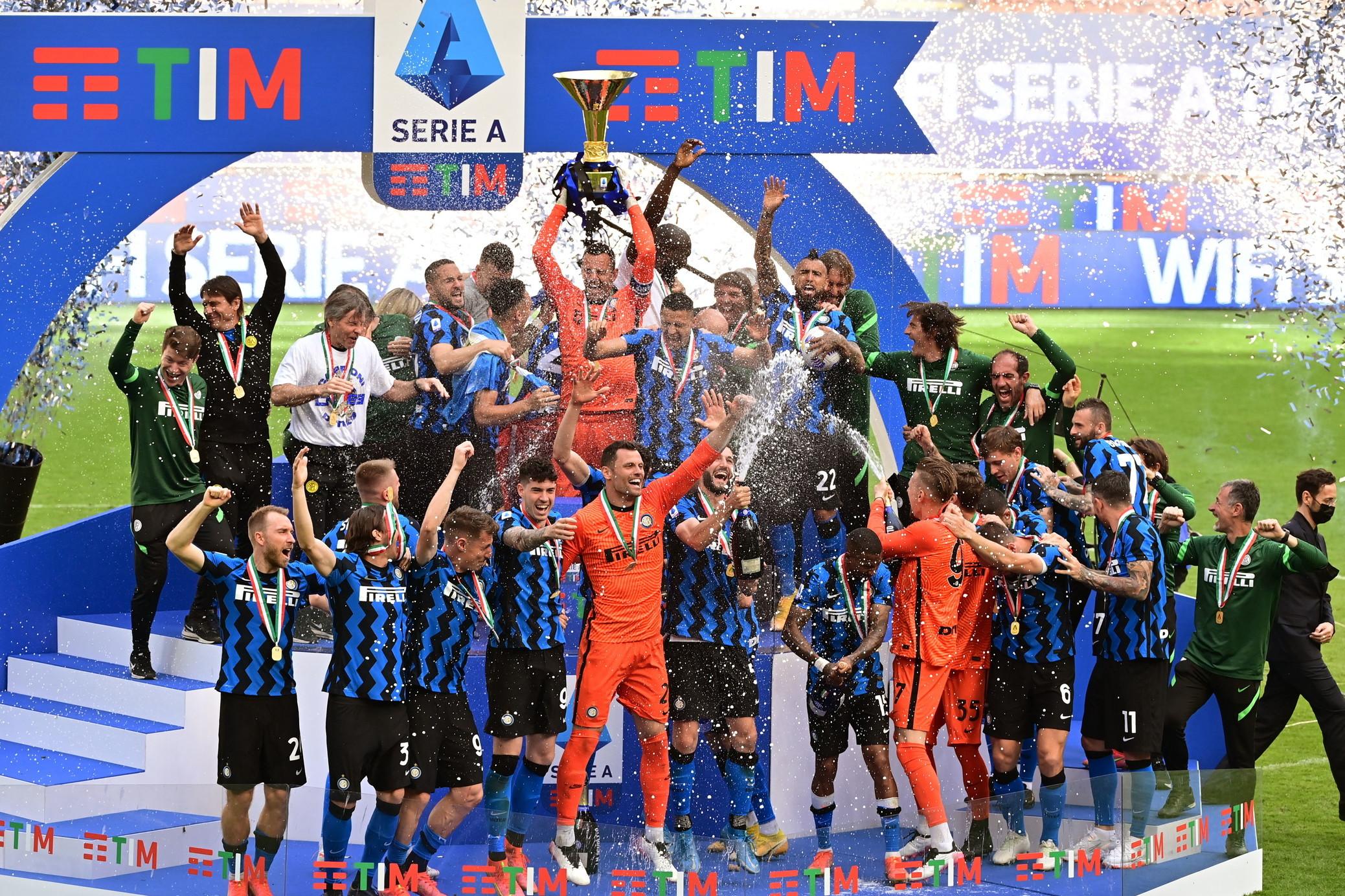 Espletata la formalit&agrave; Udinese, l&#39;Inter alza la coppa dello Scudetto ed &egrave; ufficialmente Campione d&#39;Italia. Alle 17.09 il capitano Samir Handanovic ha alzato al cielo il trofeo che ha dato il via alla festa sul terreno di gioco di San Siro.<br /><br />
