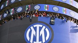 Scudetto Inter, la squadra si affaccia dalla Torre 4 e mostra il trofeo ai tifosi